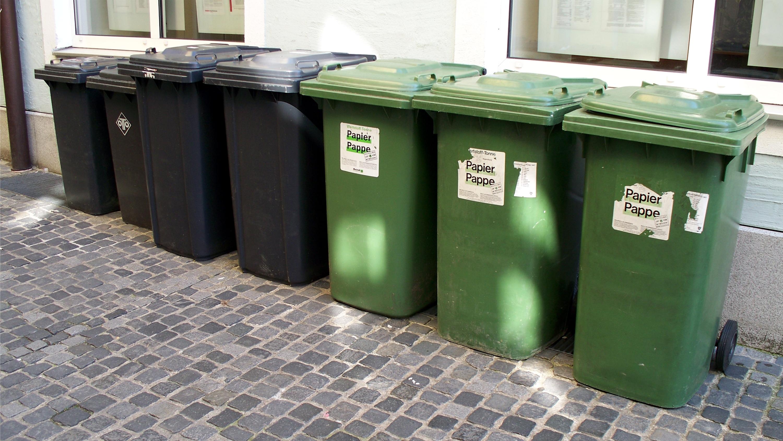 Trash_bins_in_Regensburg
