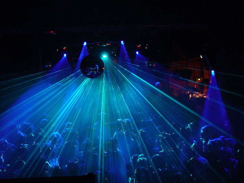 800px-Crowd_and_laser
