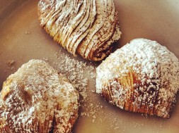 Sfogliatelle_at_breakfast